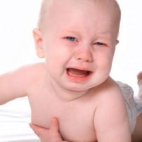 Kind huilt van buikpijn