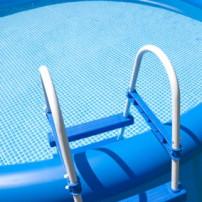 Opzetbaar zwembad in de tuin