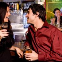 Wie flirten Männer? - Körpersprache und Signale bei Interesse für Dich