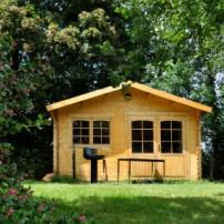 Een houten tuinhuis onderhouden