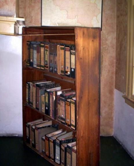 Boekenkast in het Anne Frankhuis u2013 Ingelicht