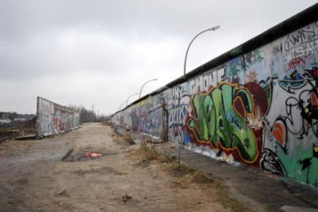 Overblijfsel van de berlijnse muur ingelicht - Muur van de ingang ...